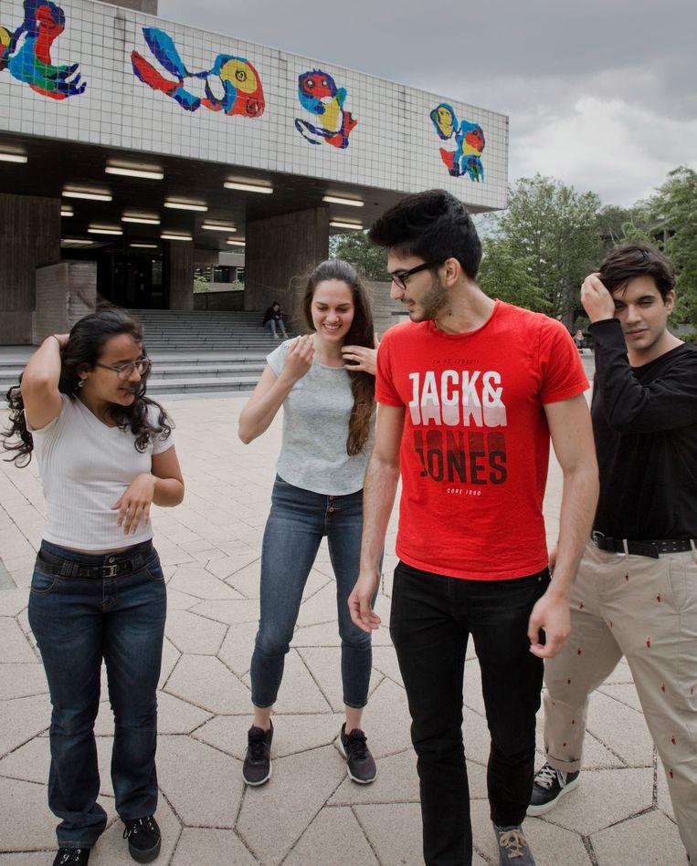 De buitenlandse studenten Bogdan Hurjui (20) uit Roemenië, Nandini Agarwal (21) uit India, de Venezolaanse Barbara Burgues (20) en de Peruaanse José Luis Sarmiento (20), studeren aan de Erasmus Universiteit in Rotterdam. foto Otto Snoek Beeld Otto Snoek
