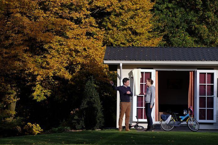 Hendrik Jan Mensink praat met een bezoekster op vakantiepark De Twee Bruggen in Winterswijk.