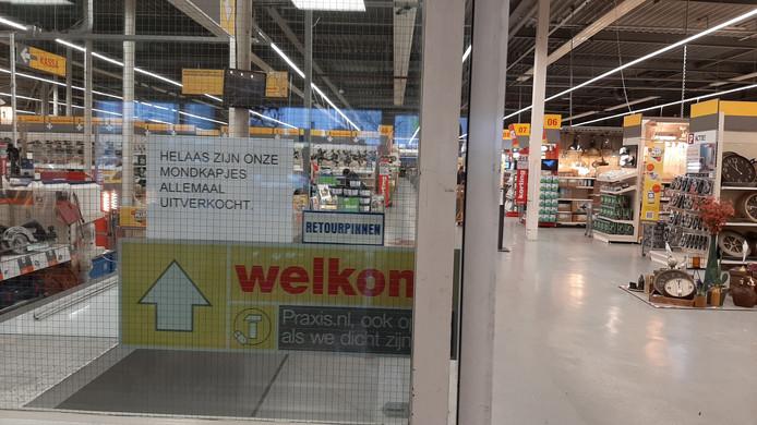 Bij veel bouwmarkten zijn de mondkapjes compleet uitverkocht, zoals ook bij Praxis op de Kanaaldijk-noord in Eindhoven.