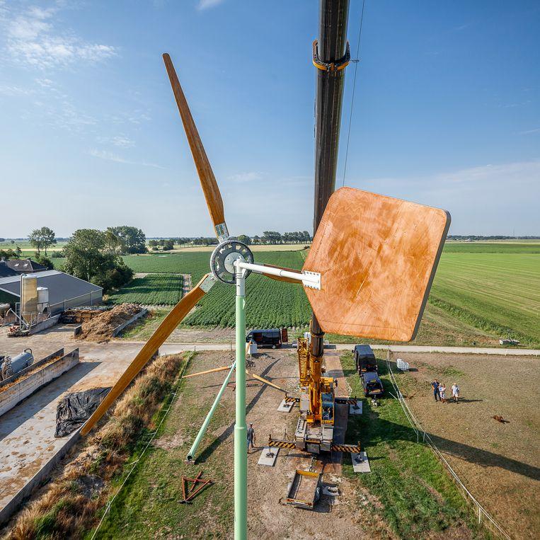 Op het erf van veehouder Pennings in Niehove worden twee windmolens van E.A.Z. Wind geplaatst. Beeld Harry Cock / de Volkskrant