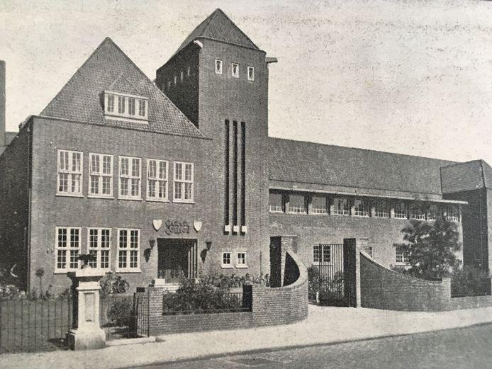 Het in 1928 in gebruik genomen Carmelcollege in Oss. In 1927 slaagden aan deze HBS de eerste drie examenkandidaten.