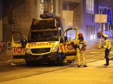 Man in busje van glasbedrijf rijdt in op agenten en daarna over politiemotoren