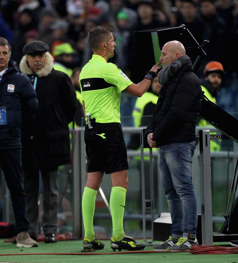 Daniele Orsato keurde na het bekijken van videobeelden twee Romeinse goals af.
