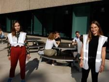 Campus- en terreincoaches waken over 1,5 meter: 'Het is gek om leeftijdsgenoten te wijzen op fout gedrag'