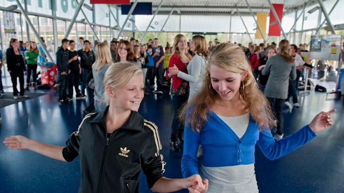 Leerlingen dansen in de aula van Pontes Pieter Zeeman. foto Dirk-Jan Gjeltema