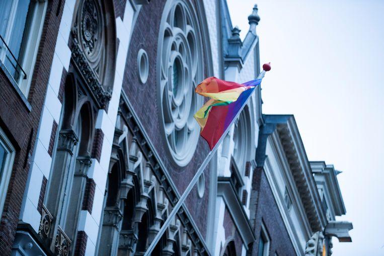 Een regenboogvlag hangt uit bij de Keizersgrachtkerk als statement tegen de zogeheten Nashville-verklaring. Beeld ANP