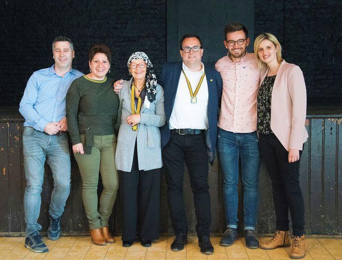 Lieve Vandenbosch (derde van links) vorig jaar met de bestuursleden van De Moedige Strijders toen ze tot Ridder in De Orde van Het Gulden Masker werd geslagen.