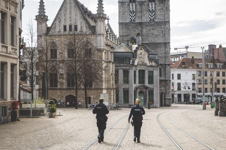 De politie patrouilleert dagelijks in Gent om toe te zien op de naleving van de coronamaatregelen.