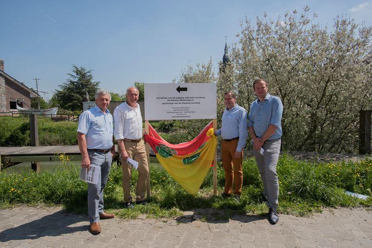Burgemeester Gerard Liefooghe (Alveringem), burgemeester Lode Morlion (Lo-Reninge), burgemeester Christof Dejaegher (Poperinge) en schepen Ben Desmyter (Poperinge) vorig jaar bij de onthulling van het protestbord.