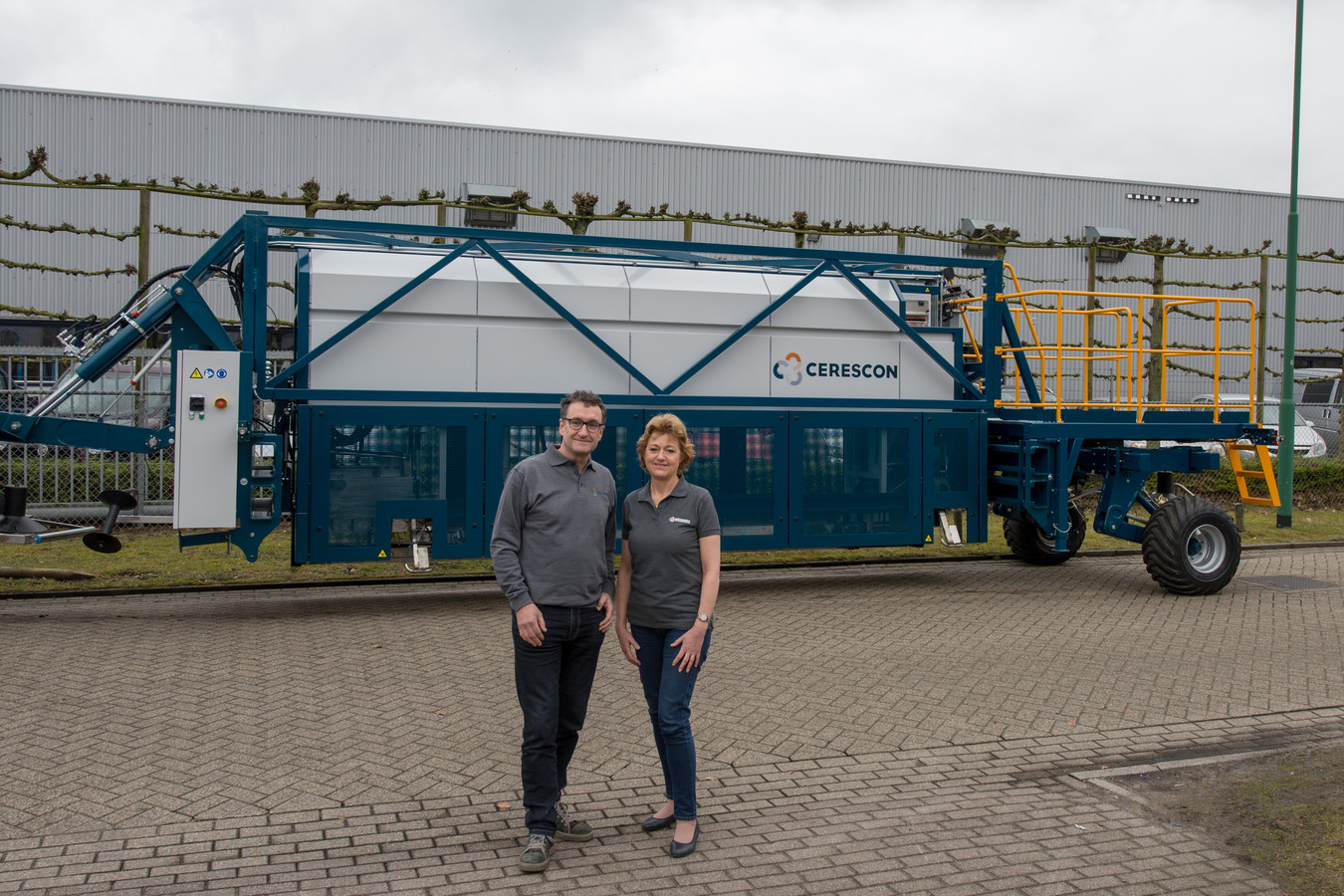 De directeuren Ad Vermeer en Thérèse van Vinken bij de machine die in Frankrijk aan het werk gaat.