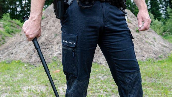 Hier is een politieman te zien met een wapenstok, de foto is ter illustratie.