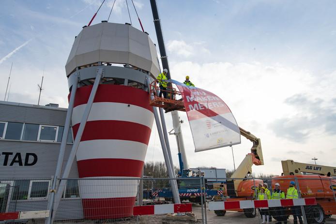 De verkeerstoren van Lelystad Airport wordt alvast verhoogd, in aanloop naar de geplande opening vooralsnog in april 2019.