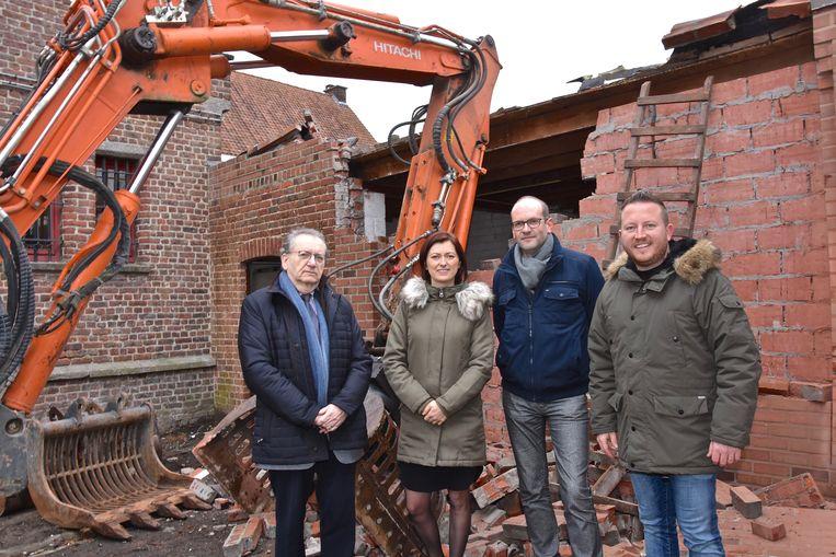 Frans Malysse (voorzitter kerkfabriek), Stefanie Moenens en Wim Callewaert (directeurs Sint-Vincentius) en Axel Weydts (schepen van Mobiliteit en Openbare Werken) op de plaats waar de veilige doorgang komt.
