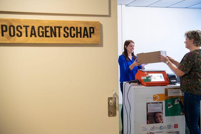 Dorine Analbers (l) krijgt post van Ria Schuurman.