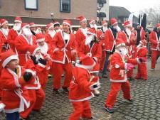 Rennende kerstmannen in Raalte halen 8500 euro op voor arme gezinnen