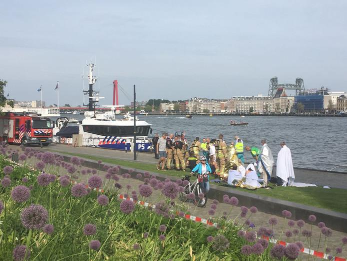 Twaalf toeristen zijn te water geraakt na een botsing tussen een watertaxi en een sloep. Locoburgemeester Adriaan Visser is naar de plek van het ongeval gekomen (naast de hulpdiensten links op de foto).
