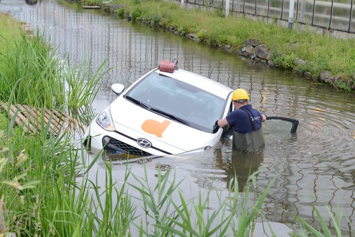 Een auto is vanochtend te water geraakt in Kwintsheul.