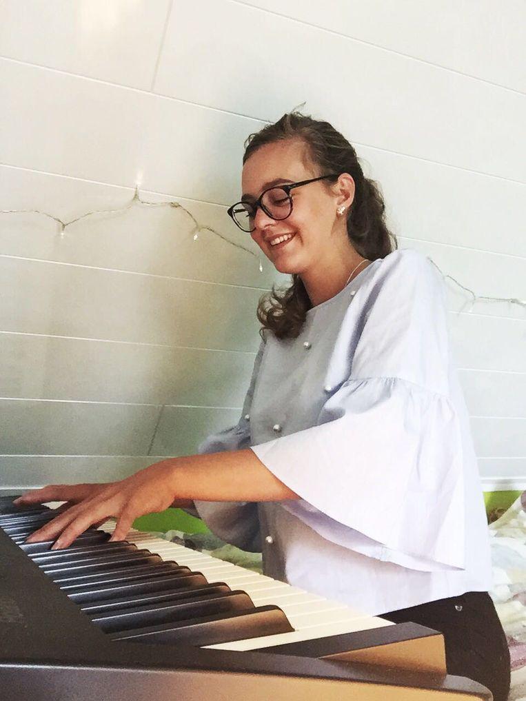 """Jasmine: """"Ik haal veel troost uit muziek. Ik speel piano en ukelele, en zing er ook bij."""""""