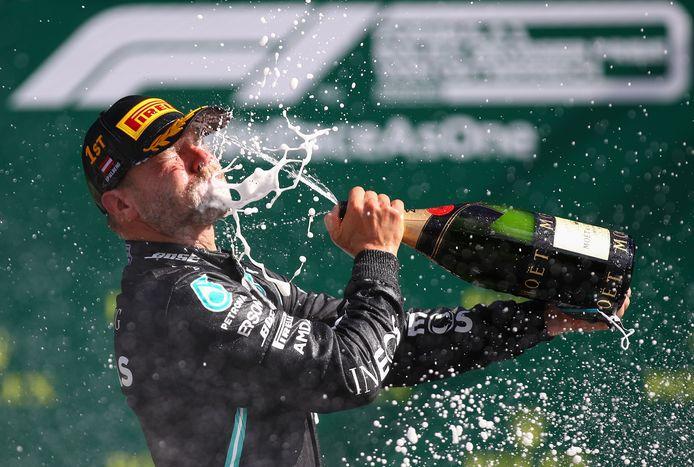 Mercedes-rijder Valtteri Bottas vierde zijn winst met champagne.