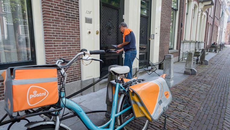 Een postbezorger in Delft. Beeld anp