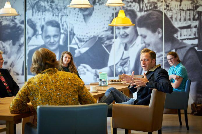 Minister Hugo de Jonge van Volksgezondheid, Welzijn en Sport spreekt tijdens een werkbezoek in Krimpen aan den IJssel met medewerkers uit de verpleeg- en thuiszorg.