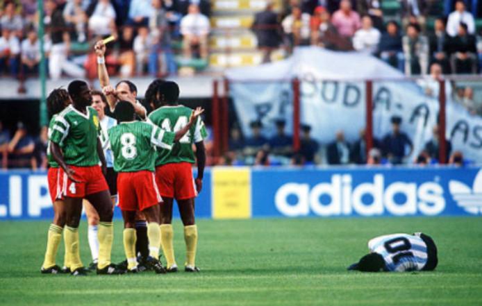 Benjamin Massing krijgt geel na een schop tegen Diego Maradona. Kort daarna kreeg hij rood.
