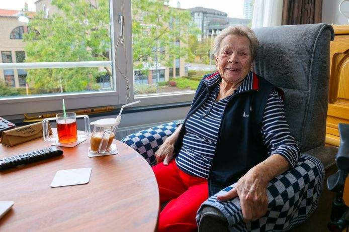"""Jet den Dekker in haar kamer in Vonderhof. Direct na carnaval werd ze erg ziek. ,,Achteraf denken we dat ik een van de eersten met corona was."""""""