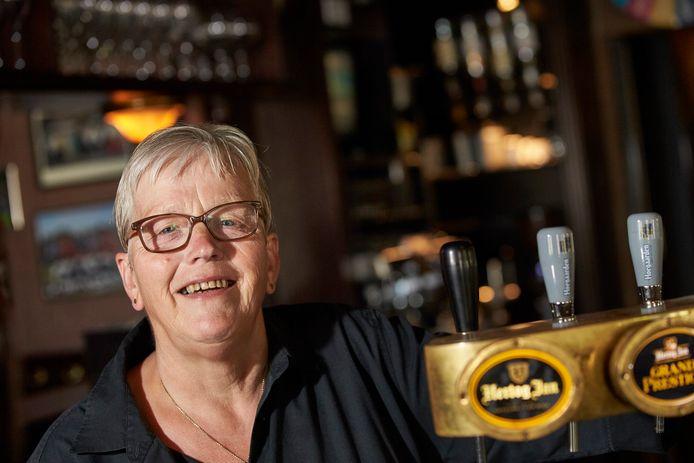 Dinie Wannink in café-restaurant Witkamp, haar tweede thuis. ,,Op zaterdag 30 mei 1970 kregen we een belletje: ik kon de volgende ochtend om negen uur beginnen als schoonmaakster. Ook moest ik afwassen, met de hand.''