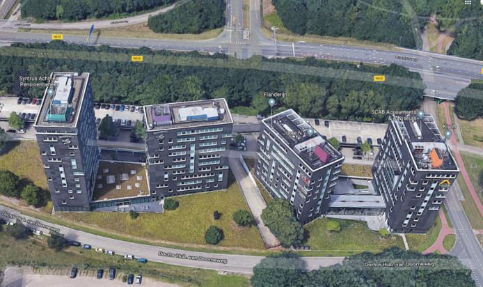 De twee kantorenblokken links - grenzend aan rijksweg A58, recent door Achmea/Interpolis verlaten - zijn in beeld voor huisvesting van arbeidsmigranten.