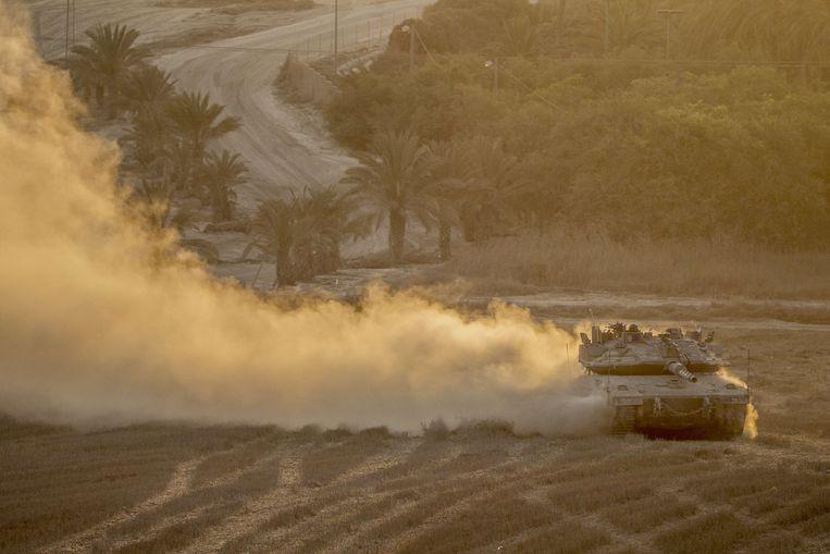 Een Israëlische tank trekt terug uit de Gazastrook. Beeld belga