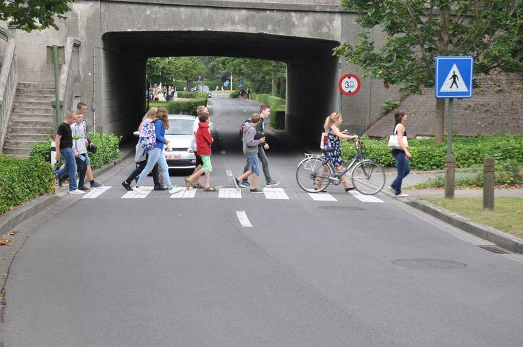 Het zebrapad in de Leffingestraat ligt verdoken achter de brug.