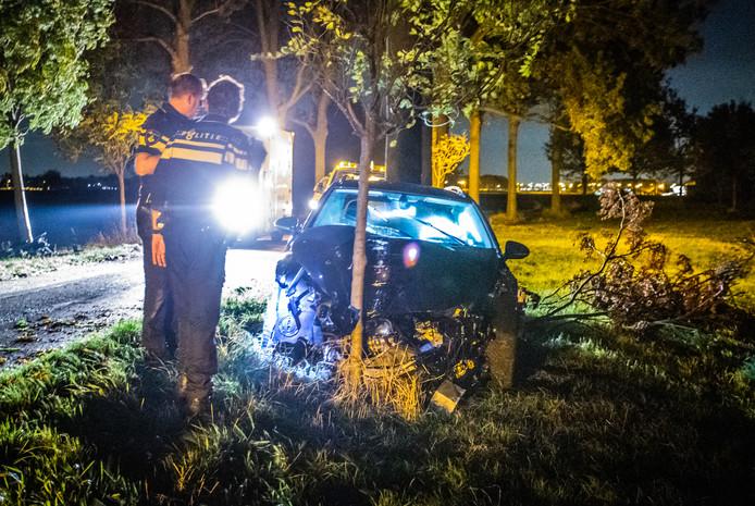 Een automobiliste is gisteravond rond 22:00 uur met haar auto van de weg geraakt en heeft daarbij twee bomen geraakt. De auto van liep flinke schade op maar de bestuurdster kwam met de schrik vrij en is ter plekke door het ambulancepersoneel behandeld.