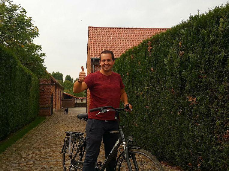 Niels Willems op de fiets aan een van de deelnemende hoeves.