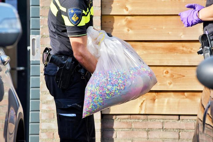 Politie met de zak pillen.