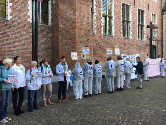 Demonstranten op het Abdijplein in Middelburg protesteren tegen de mestvergister die Engie wil bouwen bij Rilland