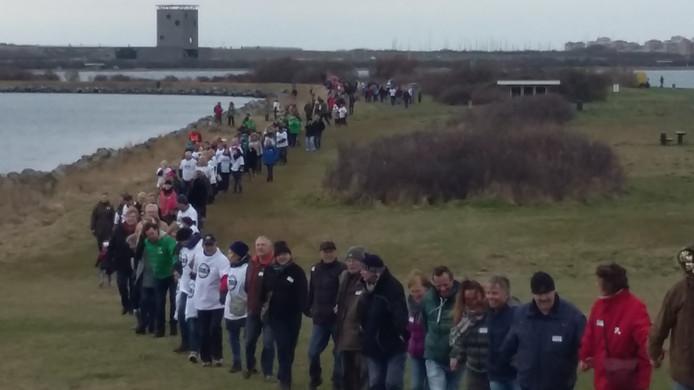 Honderden mensen vormen een protestlint tegen de aanleg van Brouwersleiland.