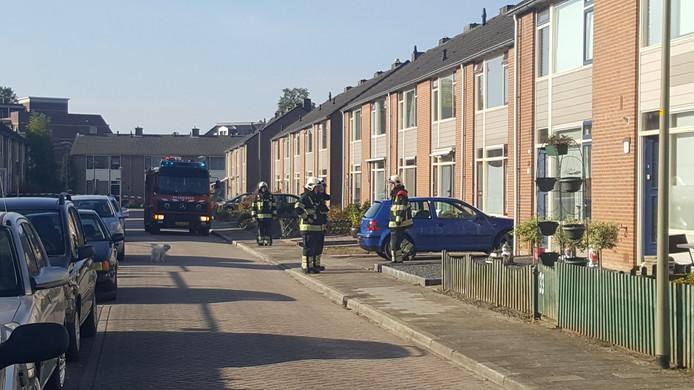 De straat is afgezet, brandweer zoekt naar het gaslek.