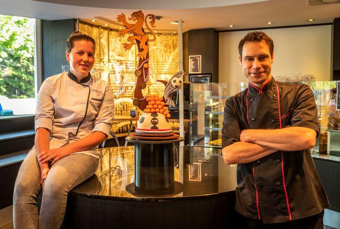 Jomi Hoeks en begeleider Stefan Brugmans bij het werkstuk van Jomi in Martin Brood Patisserie Chocolade.
