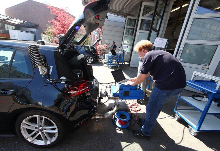 Test van nieuwe dieseltechnologie in een Volkswagen Golf. Beeld Reuters