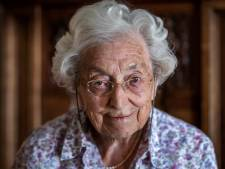 Eveline (100) is al 80 jaar lid van vrouwenclub YWCA: 'Ik probeer up-to-date te blijven'