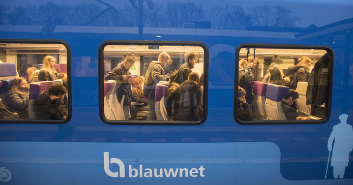Een drukke trein op het traject Enschede-Zwolle