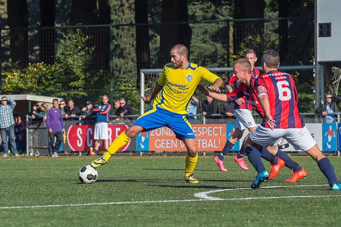 SC Veluwezoom-aanvaller Nathan Heljanan controleert de bal.
