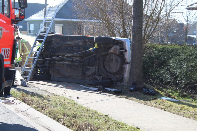 De wagen belandde op de zijkant.