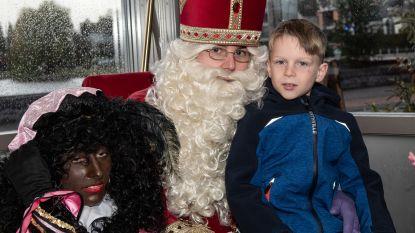 Honderden kinderen op bezoek bij Sint die aankomt aan Donkmeer