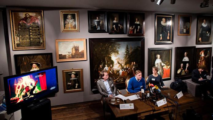 Ad Geerdink, directeur van het Westfries Museum, Arthur Brand, specialist in kunstcriminaliteit, en Yvonne van Mastrigt, burgemeester van Hoorn, geven uitleg tijdens een persconferentie over de in 2005 gestolen kunst uit het museum.