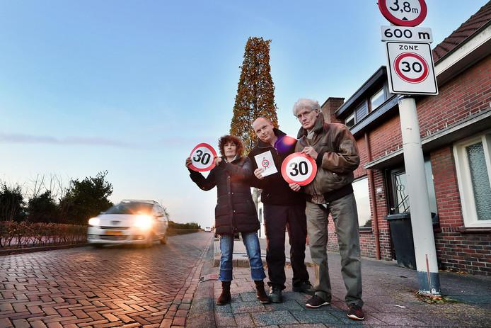 Bewoners van Parallelweg werkgroep 30 maken zich grote zorgen over de verkeersveiligheid in hun straat. vlnr Karin van de Vliet, Johan Nuijten en Arthur van der Starre