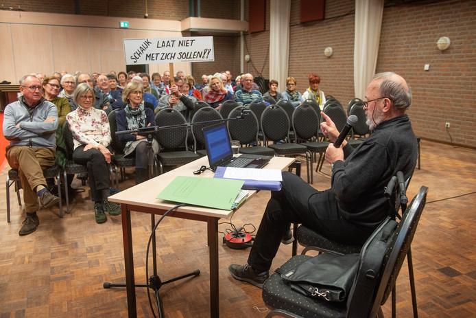 Schaijkenaar Piet Manders aan het woord tijdens een protestbijeenkomst tegen de gang van zaken rond herindeling.