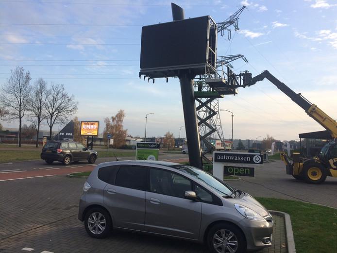 Vraag je er één, krijg je er twee. Sinds woensdag staan op de kop van de Industrielaan in Uden twee enorme led-reclameschermen pal naast elkaar.