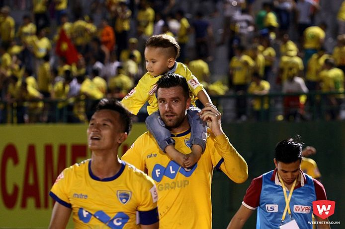 Danny van Bakel met zijn zoontje op zijn schouders na een wedstrijd.