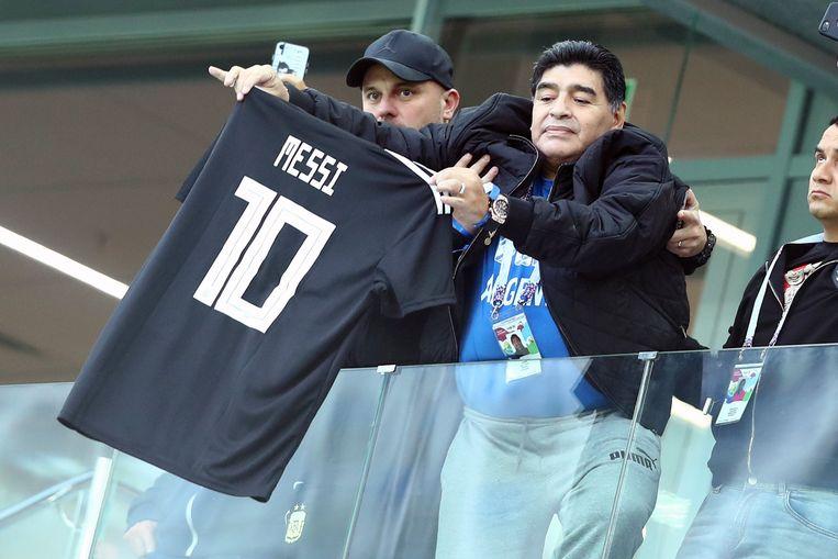 Diego Maradona met een shirt van Messi tijdens het voorbije WK, waar Argentinië sneuvelde in de achtste finale.